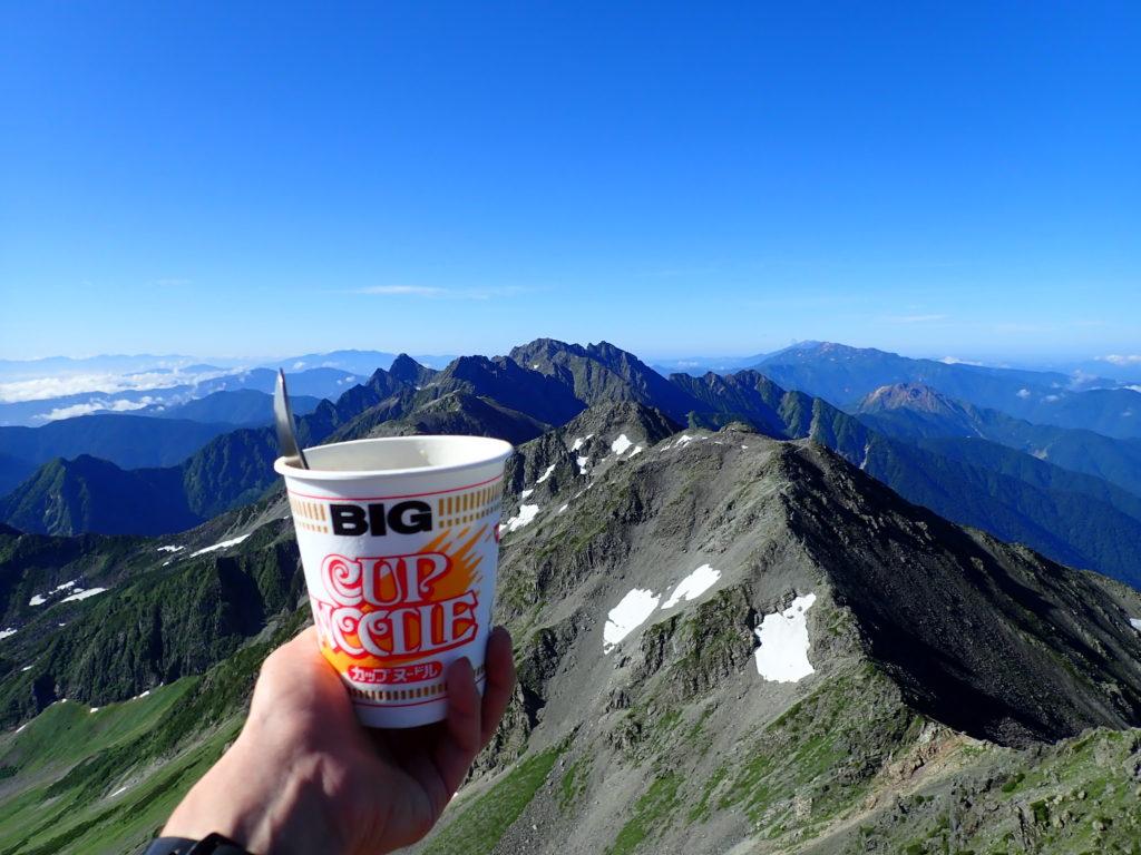 槍ヶ岳山頂で穂高岳を眺めながら食べたカップラーメン