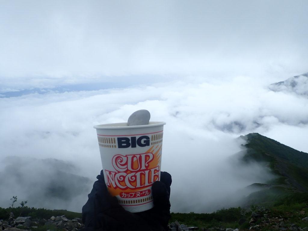 爺ヶ岳の山頂で食べたカップラーメン