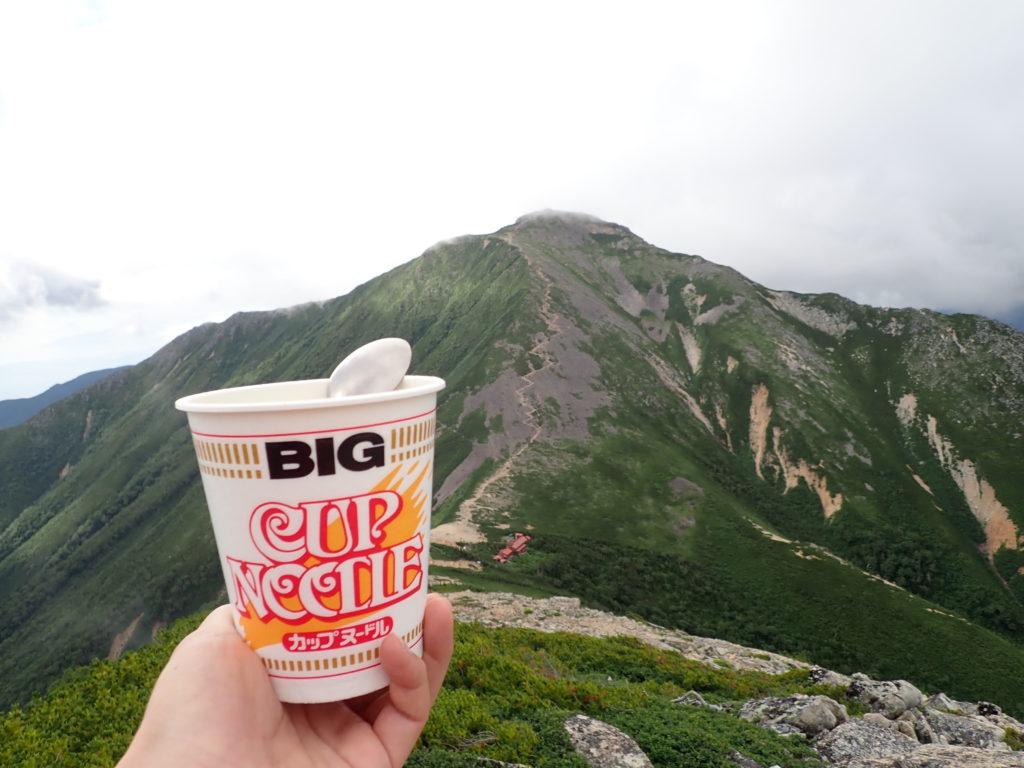 横通岳前のピークから常念小屋と常念岳を眺めながら食べたカップラーメン