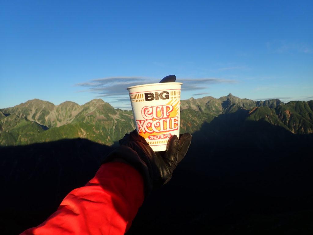 蝶ヶ岳登山で槍ヶ岳穂高岳を眺めながら食べたカップラーメン
