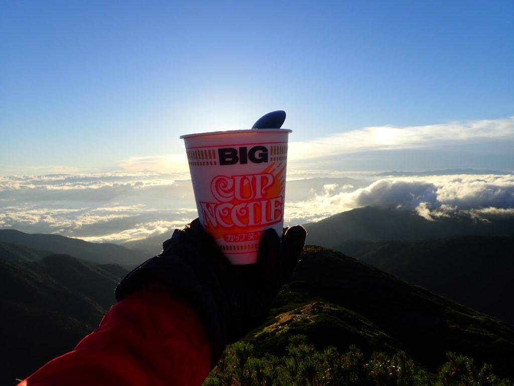 蝶ヶ岳登山で青空を眺めながら食べたカップラーメン