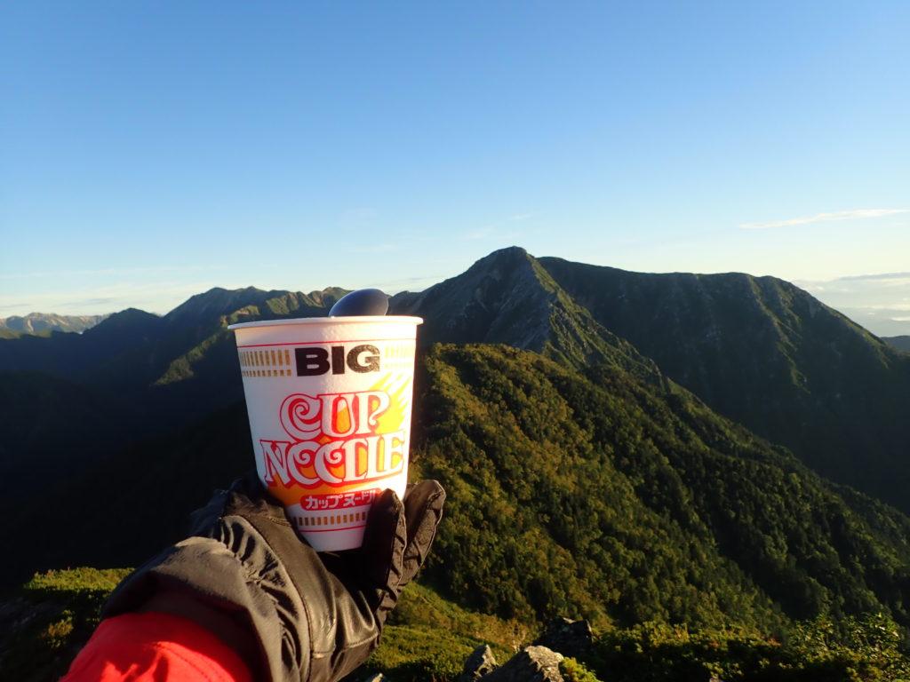 蝶ヶ岳登山で常念岳を眺めながら食べたカップラーメン