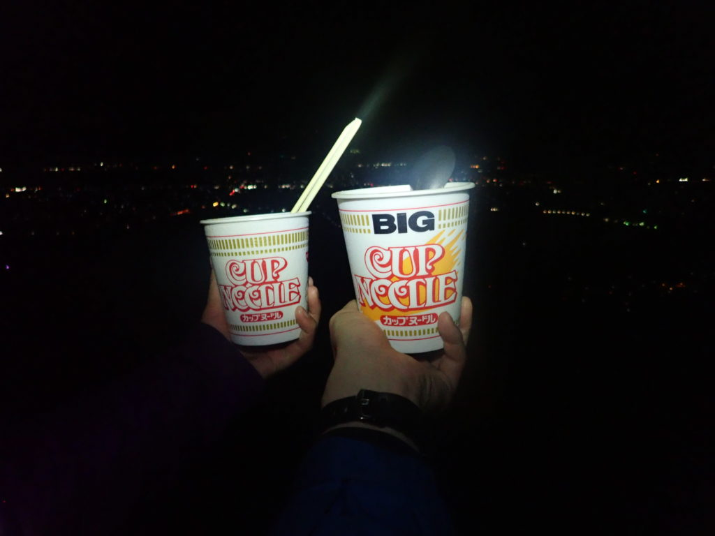 長峰山展望台から安曇野市の夜景を眺めながら食べたカップヌードル