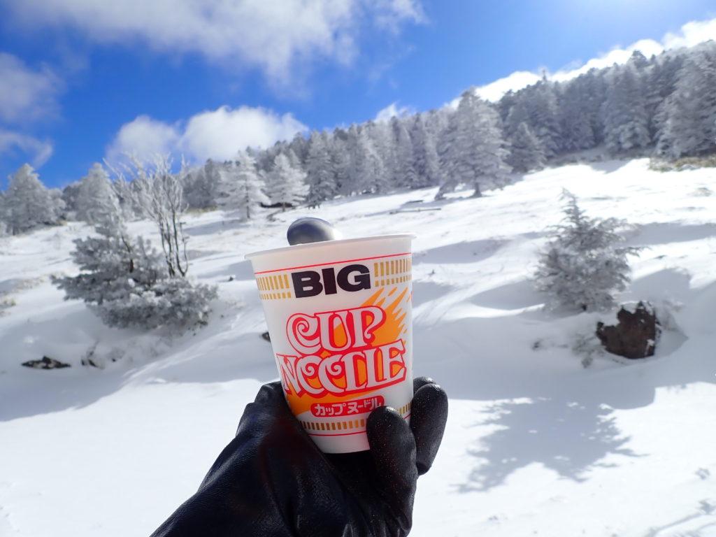 冬の麦草ヒュッテで樹氷を眺めながら食べたカップラーメン