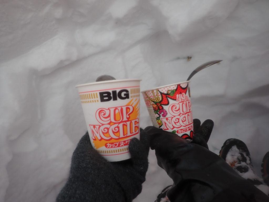 冬の乗鞍岳登山で掘った雪洞の中で食べたカップラーメン