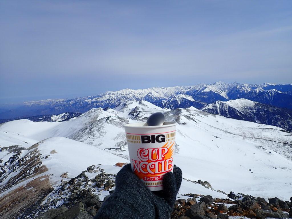 乗鞍岳最高峰の剣ヶ峰から雪化粧をした北アルプスを眺めながら食べたカップラーメン