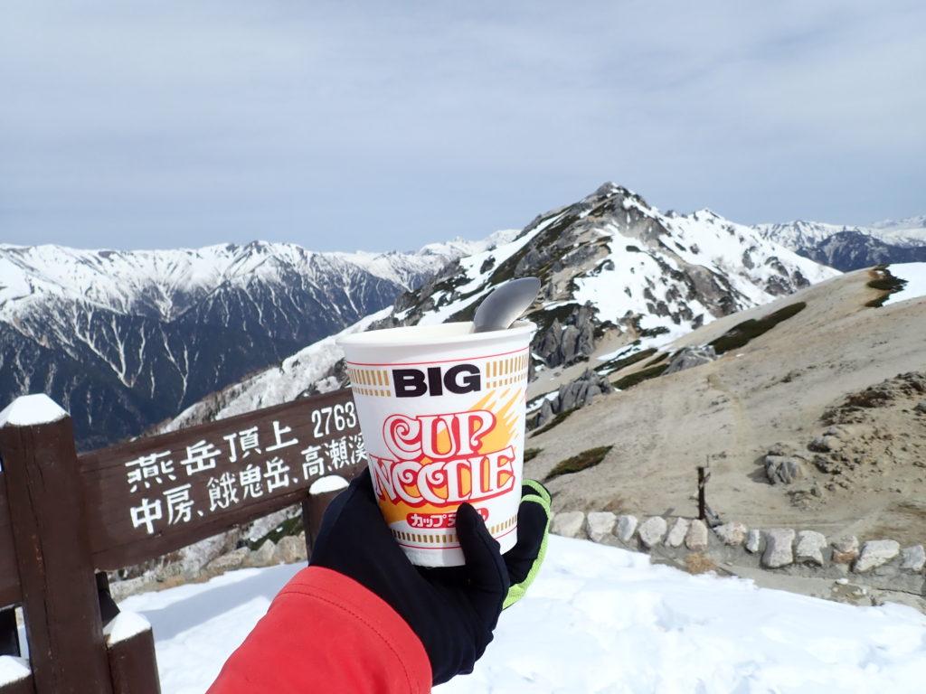 燕山荘前から残雪の燕岳を眺めながら食べたカップラーメン