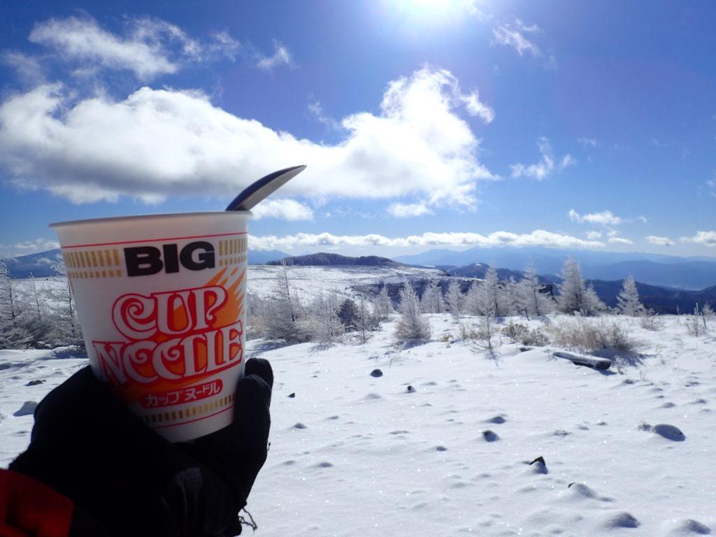 王ヶ頭ホテルの前から美ヶ原の雪原を眺めながら食べたカップラーメン
