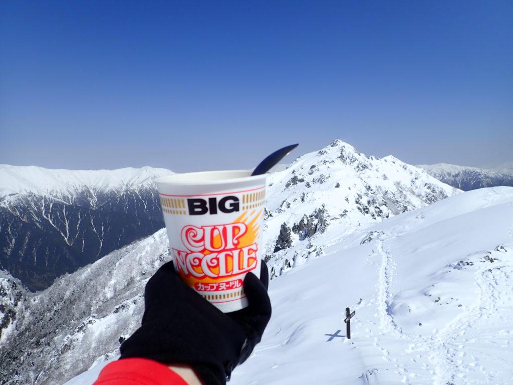 新雪の燕岳と北アルプス裏銀座を眺めながら食べたカップラーメン